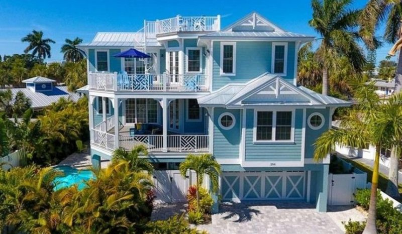 outside view of vacation rental in Holmes Beach, FL